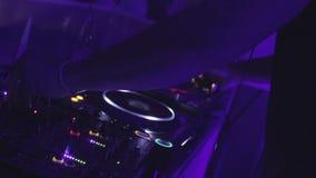 蓬松卷发DJ改变唱片到音乐节奏在夜总会 股票录像