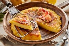 蓬松土豆蛋薄煎饼楔子在小铲的 免版税库存图片
