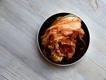 蓬松日本薄煎饼用在白色木桌上的莓果 免版税库存图片