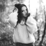蓬松毛线衣的年轻性感的妇女,黑白 库存图片