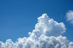 蓬松白色云彩背景  免版税库存图片