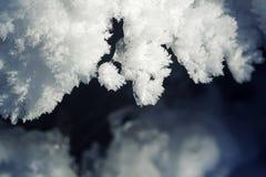 蓬松白色片断冰川覆盖与被雕刻的雪花 免版税库存照片