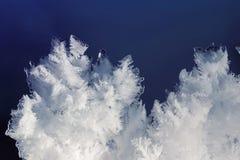 蓬松白色片断冰川覆盖与被雕刻的雪花 免版税库存图片