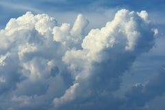 蓬松美丽的云彩春天天空蔚蓝阴云密布 库存图片