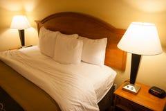 蓬松舒适的加长型的床灯Nightstands 库存图片