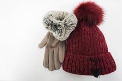 蓬松被编织的羊毛帽子和妇女皮手套 库存照片