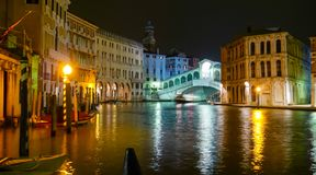蓬特在运河的di威尼斯大石桥重创在夜之前 免版税库存图片