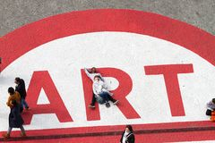 蓬皮杜文化艺术中心的人们 库存照片