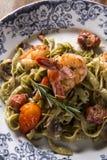 蓬蒿意大利细面条用海鲜、虾和蕃茄 免版税库存照片