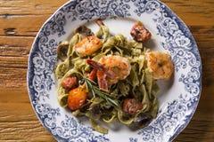 蓬蒿意大利细面条用海鲜、虾和蕃茄 库存照片