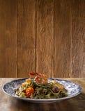 蓬蒿意大利细面条用海鲜、虾和蕃茄 免版税库存图片