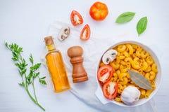 蓬蒿,蕃茄,大蒜,额外处女橄榄油,荷兰芹,海湾leav 免版税库存照片