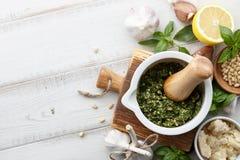 蓬蒿pesto调味汁和主要成份 免版税库存照片