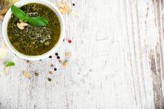 蓬蒿pesto调味汁和新鲜的成份 免版税库存图片