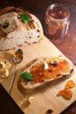蔓越桔和核桃面包用果酱 免版税图库摄影