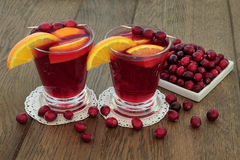 蔓越桔和橙色健康饮料 免版税库存照片