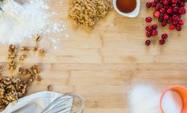 蔓越桔核桃在一个木切板的调味汁成份 免版税库存照片
