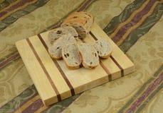 蔓越桔葡萄干面包卷切片 库存照片