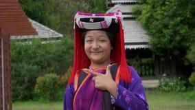 蔡恩MAI,泰国- 2018年12月22日:在北的传统小山部落服装穿戴的少女画象 股票录像