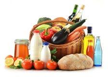 蔬菜、水果、在柳条baske的面包和酒 免版税库存图片