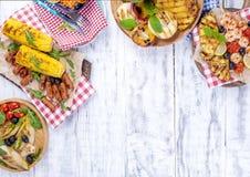 蔬菜、水果和虾在格栅,夏天午餐的 健康的食物 在白色背景的开胃菜 复制空间 平面 库存照片