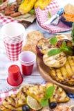 蔬菜、水果和虾在格栅,夏天午餐的 健康的食物 在白色背景的开胃菜 复制空间 平面 图库摄影