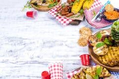 蔬菜、水果和虾在格栅,夏天午餐的 健康的食物 在白色背景的开胃菜 复制空间 平面 库存图片