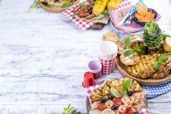 蔬菜、水果和虾在格栅,夏天午餐的 健康的食物 在白色背景的开胃菜 复制空间 平面 免版税图库摄影