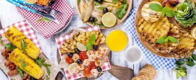 蔬菜、水果和虾在格栅,夏天午餐的 健康的食物 在白色背景的开胃菜 复制空间 平面 免版税库存照片