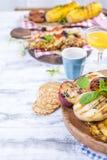 蔬菜、水果和虾在格栅,夏天午餐的 健康的食物 在白色背景的开胃菜 复制空间 平面 免版税库存图片
