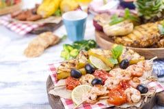 蔬菜、水果和虾在格栅,夏天午餐的 健康的食物 在白色背景的开胃菜 复制空间 库存照片