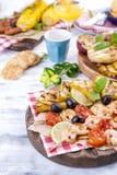 蔬菜、水果和虾在格栅,夏天午餐的 健康的食物 在白色背景的开胃菜 复制空间 免版税库存图片