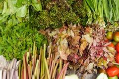 蔬菜、草本和水果在亚洲食物市场上 免版税库存图片