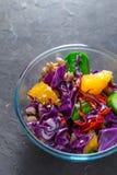 蔬菜和水果沙拉在一个玻璃碗在一块蓝宝石 免版税库存照片