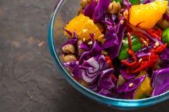 蔬菜和水果沙拉在一个玻璃碗特写镜头 免版税图库摄影