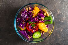 蔬菜和水果沙拉在一个玻璃碗 库存图片
