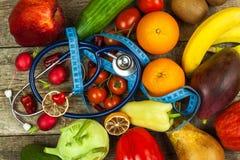 蔬菜和水果的不同的类型在一张木桌上 健康概念的食物 饮食食物 免版税库存照片