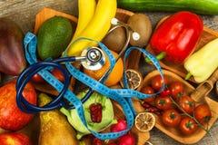 蔬菜和水果的不同的类型在一张木桌上 健康概念的食物 饮食食物 库存图片