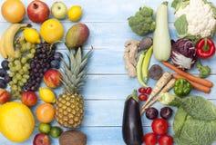 蔬菜和水果在一个蓝色木板 库存照片