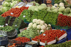 蔬菜和水果在土耳其义卖市场食物摊位  免版税图库摄影