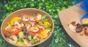 蔬菜和水果开胃可口沙拉在cardboa 库存图片