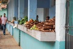 蔬菜批发市场用混杂的水果和蔬菜 库存照片