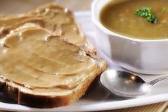 蔬菜汤和花生酱多士 免版税库存图片