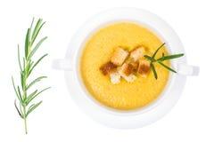 蔬菜汤奶油用在白色背景,顶视图的薄脆饼干 库存图片