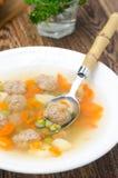 蔬菜汤用与匙子的鸡丸子,垂直 免版税库存照片