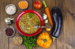 蔬菜汤用扁豆和茄子 免版税库存照片