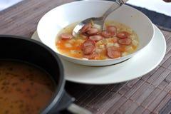 蔬菜汤用法兰克福香肠 库存照片