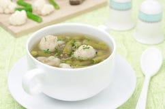 蔬菜汤用的花椰菜和水平的青豆 免版税库存图片