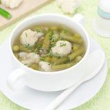 蔬菜汤用花椰菜和青豆 免版税库存图片