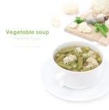 蔬菜汤用被隔绝的花椰菜和青豆特写镜头 免版税库存图片
